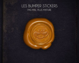 500COVER - LES BUMPER STICKERS - PAS MAL PLUS MATURE